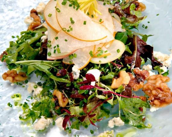 Salade composée, poires aux épices