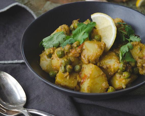 Aloo pea, aloo matar (curry sec de pommes de terre et de petits pois)