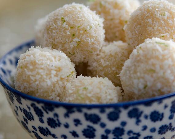 Ladoo coco-lime (boules à la noix de coco et à la lime)